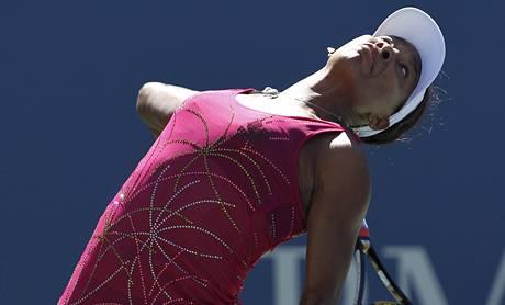 Američanka Venus Williamsová podává v zápase proti Izraelce Peerové na US Open.
