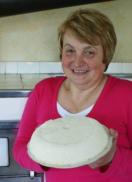 Stanislava Smolová s vlastnoručně vyrobeným sýrem