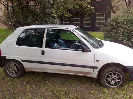 Peugeot 106, jehož řidič ujížděl pře policií