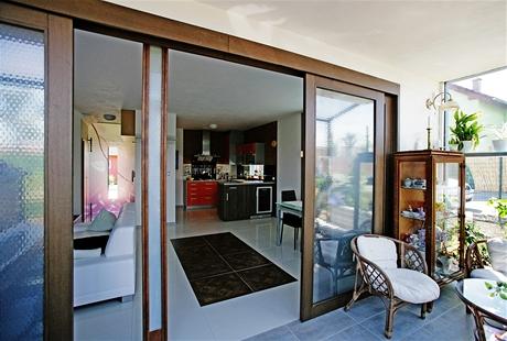Dřevěné čtverce ladí s rámy posuvných dveří do zimní zahrady
