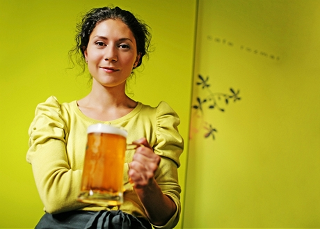Martha Issová si na jeden den vyzkoušela obsluhu v Café Rozmar