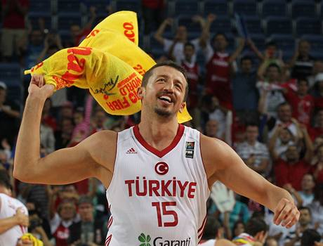 Hedo Turkoglu z Turecka se raduje z v�hry nad Slovinskem