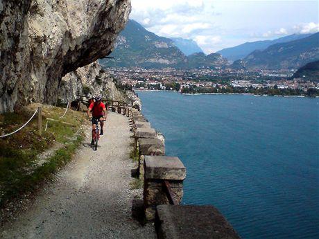 Cyklostezka nad jezerem