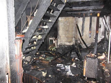 Požár chatu, ve které starší pár trvale žije, téměř zničil.
