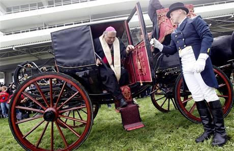 Biskup Josef Kajnek přijíždí vysvětit zvon pro Velkou pardubickou