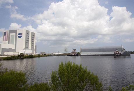Loď Pegasus dopravující vnější nádrže ET pro kosmický raketoplán kotví v přístavišti poblíž budovy VAB