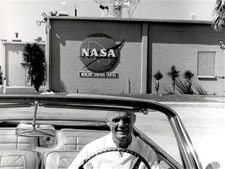 První americký astronaut John Glenn, Jr. odjíždí od řídicího sřediska programu Gemini
