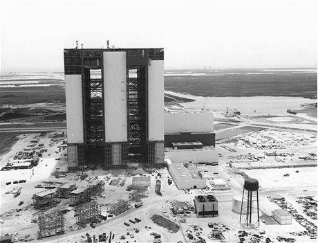 Montážní budova VAB v roce 1965 před dokončením