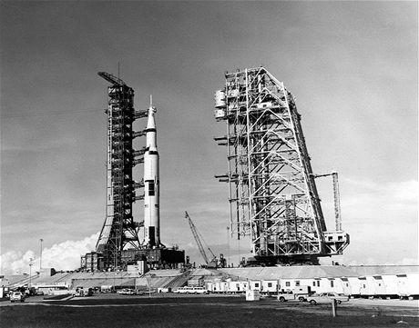 Saturn V s kosmickou lodí Apollo čeká na vypuštění na rampě LC-39A