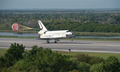 Raketoplán Discovery přistává po letu STS-131 na letišti SLF kosmodromu