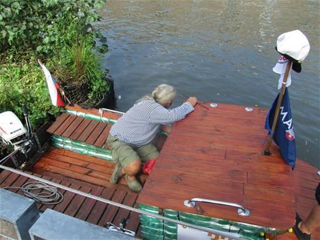 Loď vyrobená z PET lahví plula po kanálu v Amsterodamu