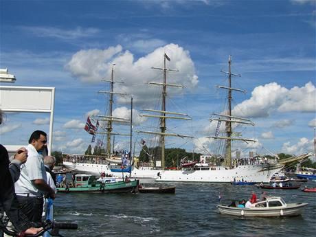 Přehlídka plavidel v Amsterodamu, focené z paluby Petanicu II