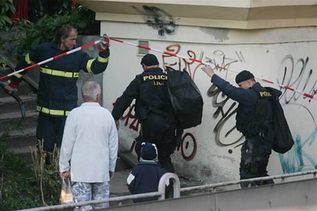 Policisté sundávají ze sloupu muže, který chtěl už potřetí spáchat sebevraždu