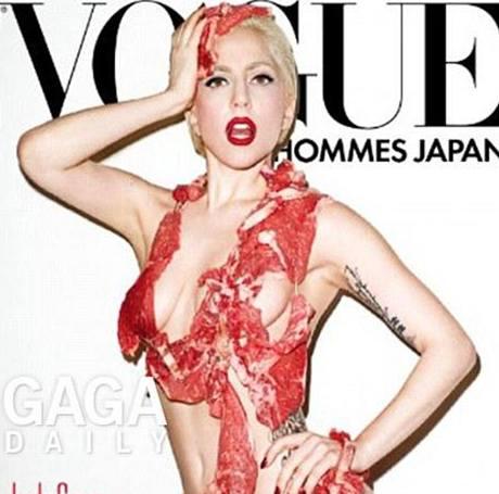 Lady Gaga na obálce časopisu Vogue v bikinách z masa