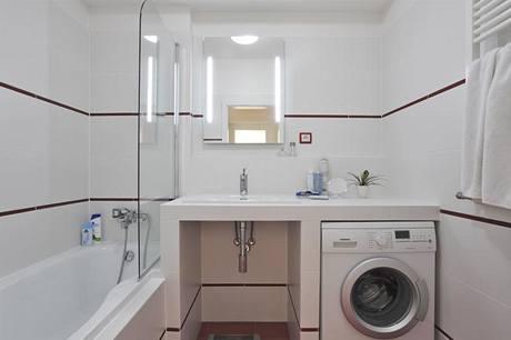 Prostorná koupelna plní i funkci prádelny. Lucie s Petrem zvolili umyvadlo s dostatečně širokým odkládacím prostorem.