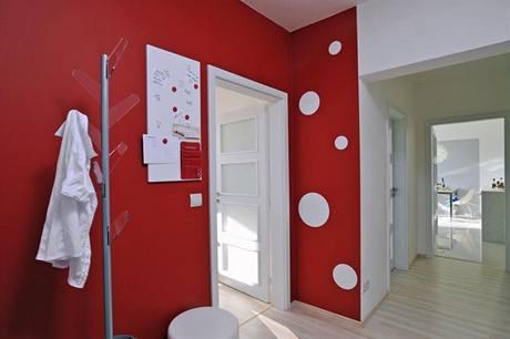 Vstupní chodba tvoří spojovací část celého bytu. Odkládací prostor pro svršky představuje nápaditý věšák Indaco.