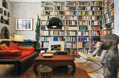 Takřka celou stěnu obývacího pokoje vyplňuje knihovna