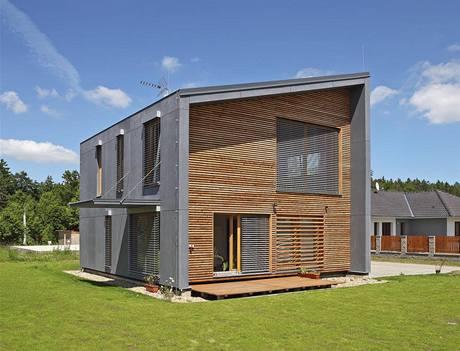 Přesahující střecha a předsazené boční stěny vytvářejí na jižní straně, před hlavní obytnou částí, ochranu proti povětrnosti a navozují větší pocit intimity