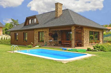Vnější vzhled domu se nese v duchu přírodních materiálů