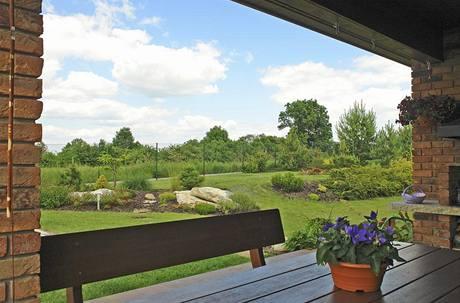 Z kryté terasy, kde je umístěno venkovní stolování, mají majitelé hezký výhled na dosud nezastavěné území