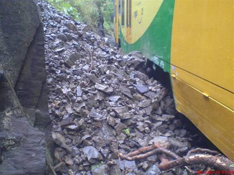 Noční vlak vjel u Hrubé Vody do sesuvu, který zasypal trať.