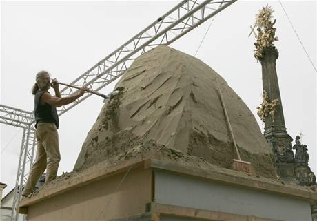 Sochař Bosambo připravuje repliku vrchní části Sloupu Nejsvětější Trojice.