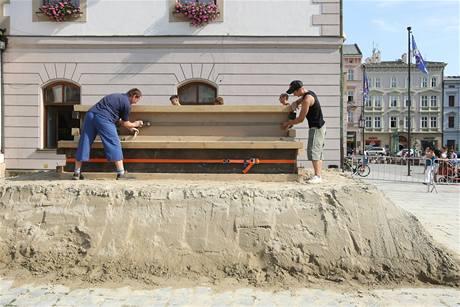 Než se mohli sochaři pustit do práce, pomocníci na Horním náměstí nejdříve čtyři dny zhutňovali do forem celkem 100 tun písku.