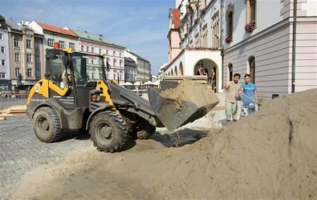 Na začátku složil bagr před radnicí celkem 100 tun písku.