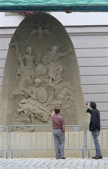 Dokončená obří socha z písku na Horním náměstí v Olomouci.