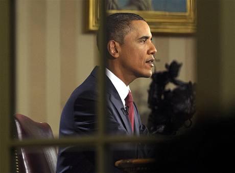 Barack Obama za okny Oválné pracovny v Bílém domě