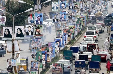 Ulice afghánské metropole Kábulu zaplavily před volbami plakáty kandidátů do parlamentu. Plakáty ženských kandidátek jsou často druhý den po vylepení zničené