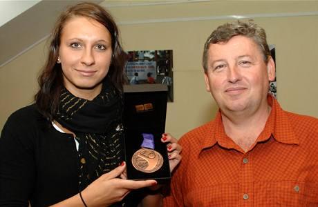 Plavkyně Barbora Závadová s bronzem z olympiády mládeže. Vpravo její trenér Vítězslav Hartmann