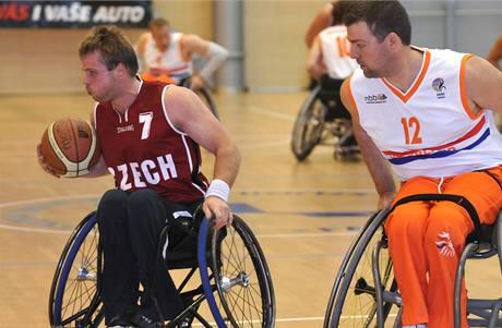 Basketbal na vozíku: český reprezentant Miroslav Šperk (vlevo) ujíždí Jansensi Koenovi z Nizozemska