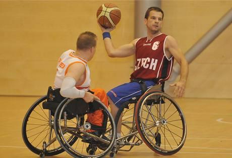 Basketbal na vozíku: český reprezentant Martin Zemánek (vpravo) v duelu s Nizozemskem