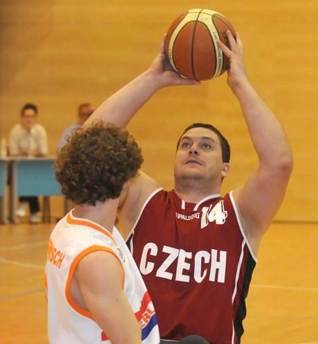 Basketbal na vozíku: český reprezentant Marek Šrůtka střílí přes Robina Poggenwische z Nizozemska
