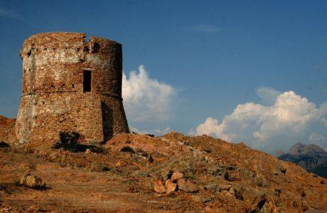 Korsika. Janovská strážní věž na vrcholu Capo Rosso