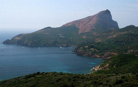 Korsika. Nejzápadnější výběžek Korsiky Capo Rosso budí už z dálky respekt