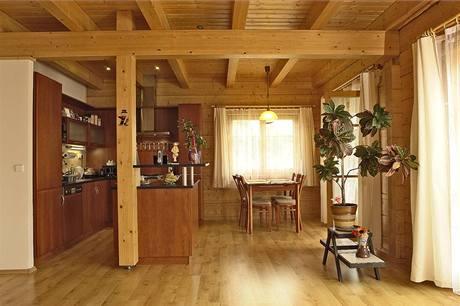 Přiznaná trámová konstrukce dotváří atmosféru a zároveň opticky člení prostor. V tomto případě odděluje kuchyňskou a jídelní část od obývacího prostoru. Ostrůvek kuchyňské linky kopíruje obvod trámové konstrukce