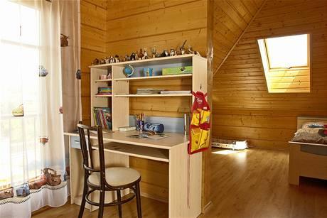 Dětské pokoje jsou rozděleny polopříčkou na pracovní a ložnicovou část. K jednomu z pokojů patří i balkon. O prosvětlení druhé části pokoje se stará střešní okno