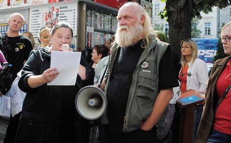 Prolux podle protestujících po klientech vymáhá provize i za cenu exekucí také v případě, když lidé uskuteční prodej nemovitosti přes jinou kancelář nebo ji prodají sami