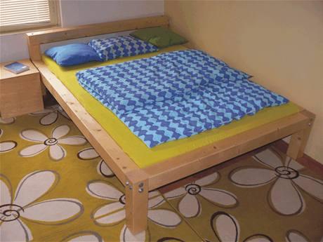 Postel je vyrobená z hranolů o průřezu 10 × 10 cm. Ty jsou spojené šrouby. Díky tomu je postel široká 140 cm velmi bytelná