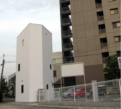 Dům neobvyklého tvaru stojí 500 metrů od hlavní železniční stanice na předměstí Ósaky