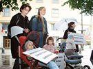 Happening Greenpeace a maminek s dětmi za za zákaz bisfenolu A obsaženého v některých kojeneckých lahvích. (2. září 2010)