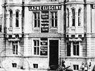 Historický snímek Eliščiných lázní, jejichž budova kdysi uzavírala Revoluční.