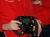 MOTÝLEK. Volant F1 je mozkem celého vozu, pro amatérské jezdce se však jeho funkce vypínají.