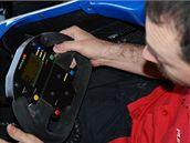 VRCHNÍ JNŽENÝR. Matteo Cavedoni vysvětluje, jak zacházet s volantem.