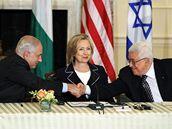 Hillary Clintonová je prostředníkem jednání mezi izraelským premiérem Benjaminem Netanjahuem (vlevo) a předsedou palestinské samosprávy Mahmúdem Abbásem (2. září 2010)