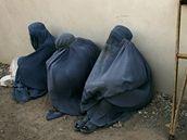 Afghánky v burkách čekají před mešitou v Herátu