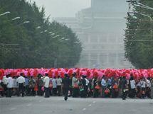 Severokorejci cvičí oslavy před obřím kongresem vládní strany (6. srpna 2010)