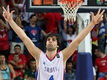 GESTO HRDINY. Srbsk� basketbalista Milo� Teodosi� pot�, co rozhodl �tvrtfin�le MS proti �pan�lsku.